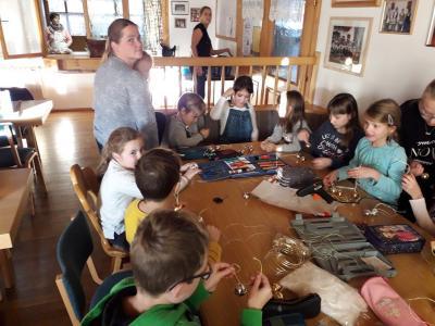 Foto zur Meldung: Basteln fürs Kinderadventssingen