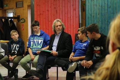 Bürgermeister Werner Suchner stellte sich zum Abschluss der Kennenlernwoche der Klasse 7b der Grund- und Oberschule Calau den Fragen der Schüler. Foto: Stadt Calau