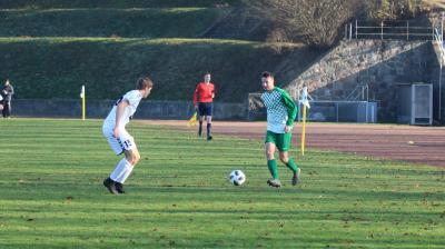 Auf Abwehrspieler Iven-Fred Kiesow ( grünes Trikot ) wird  in Zarnekow wie auf die gesamte Demminer Mannschaft viel Arbeit zukommen