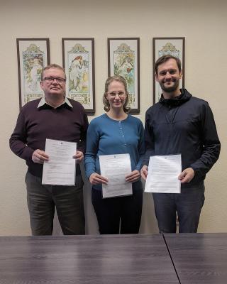 Herr Ulbrich, Frau Berger und Herr Gatter mit den neuen Kooperationsvereinbarungen