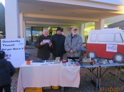 Geschenke-Tausch beim letzten Nikolausmarkt, von links: Klaus Ries-Müller, Axel Jänichen und Horst Gaul von Bürgerbusverein