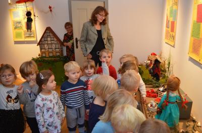 """Nauens Vizebürgermeisterin Daniela Zießnitz besucht gemeinsam mit den """"Borstel""""-Kindern die Ausstellung im Richart-Hof."""