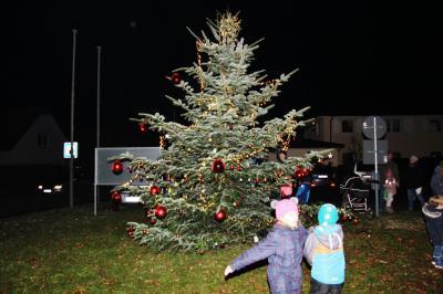 Foto zur Meldung: Alle Jahre wieder – wird der Baum geschmückt