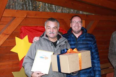 Unser Vereinsheld: Hans Slabon, der von Andreas Winkler (rechts) geehrt wurde