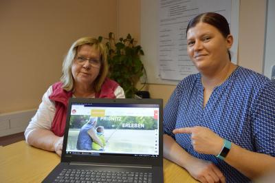 """Foto: Marina Hebes (l.) und Katrin Seehaus stellen den neuen Online-Auftritt des Projektes """"Prignitz weitergedacht – familienfreundlich in die Zukunft"""" vor I Foto: Martin Ferch"""