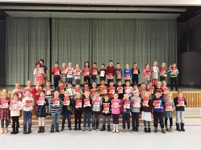 Foto zur Meldung: Der Nikolaus war da – Lesestartsets für die ersten Klassen