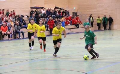 Im Derby gegen Völschow siegte Demmin erste Mannschaft (  im Bild Jamie Szczepanski, grünes Trikot ) mit 1:0