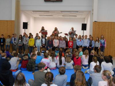 """Foto zur Meldung: """"Weihnachtsglocken läuten…"""" und alle Kinder der Elbtalgrundschule singen gemeinsam"""