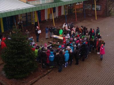 Die Schüler und Lehrer beim 2. Adventssingen auf dem Pausenhof der GWRS Aichhalden