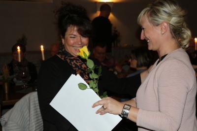Maria Euchler dankt Carola Eckart, Trainerin der Höfchener Sternchen