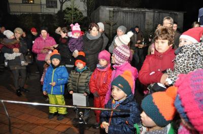 Foto zur Meldung: Nikolaus lobt und beschenkt die Kinder