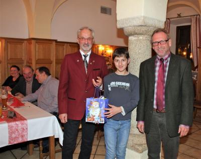 Stellvertretend für die Züchterjugend nahm Korbinian Zech die Nikolaussäckchen entgegen