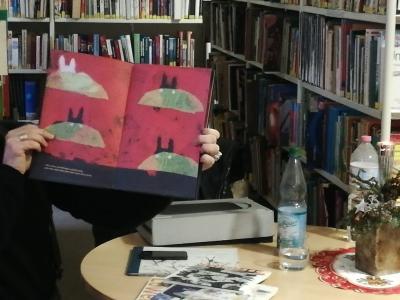 Vorschaubild zur Meldung: Besuch in der Bibliothek