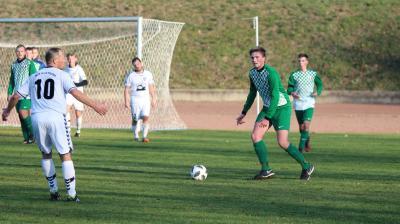 Im Derby gegen Nossendorf strebt der Demminer SV ( grüne  Trikots ) den neunten Saisonsieg an