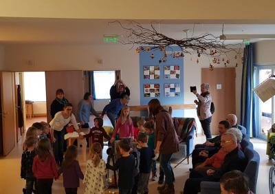 Vorschaubild zur Meldung: Kindergarten besucht Altenservicezentrum St.Martin