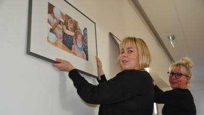 Gestalten die neue Ausstellung: Susanne Liedtke (l) und Andrea Weinke-Lau (Foto SVZ AM.)