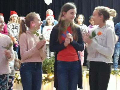 Josefine Böhmke (Mitte) ist die Gewinnerin des Vorlesewettbewerbes