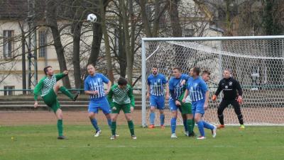 Erst in den letzten zehn Minuten musste Nossendorfs  Abwehr ( blaue Trikots ) die entscheidenden Treffer Demmins ( grün )  hinnehmen