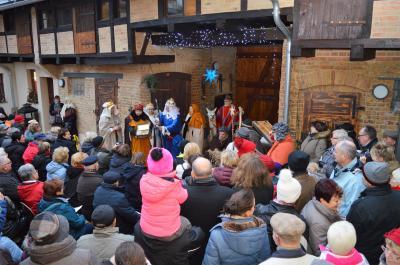 Die Nauener Heimatfreunde eröffneten die 12. Hofweihnacht mit dem traditionellen Krippenspiel erstmals im Richart-Hof.