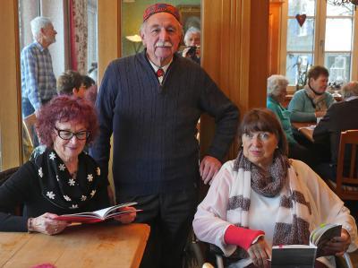 Roswitha Stumpp, Dr. Lorenz Göser und Ingrid Koch (von links) haben für einen vergnüglichen Adventsnachmittag gesorgt. Foto: Voith Helmut
