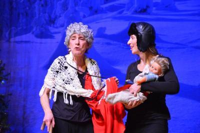 """Foto: Chady Seubert (l.) und Daniela Dörfel vom """"Vogelfrei Theater"""" begeisterten die Kinder mit improvisierten Geschichten rund um das Weihnachtsfest I Foto: Martin Ferch"""