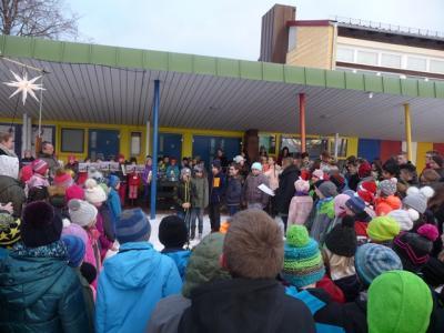 Die Schüler und Lehrer beim 3. Adventssingen auf dem Pausenhof der GWRS Aichhalden