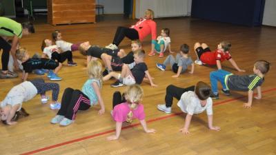 Sportstunde in der Turnhalle: Die Kinder führen verschiedene Übungen durch.andreas münchow