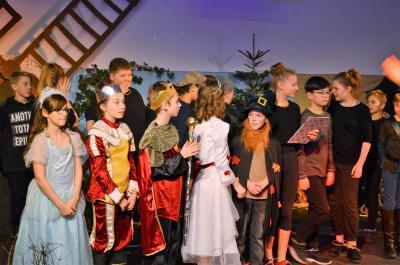 Das Weihnachtsmärchen konnte auch trotz des hohen Lehrerausfalls geprobt und aufgeführt werden - die Kinder freut's!
