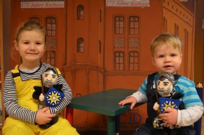 Stadt Perleberg, 2018 | Fiona und Emmett Fischer haben bereits den neuen Roland als Plüschfigur für sich entdeckt