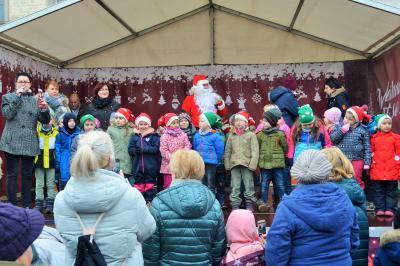Stadt Perleberg, 2018 | Weihnachtsmann, Bürgermeisterin Annett Jura sowie die Kinder der Kitas Picolino und Knirpsenland eröffenten den TRaditionsmarkt im Herzen der Prignitz
