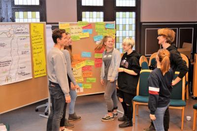 Im Rathaussitzungssaal wurden von den Jugendlichen Fragen an die Ploitik gesammelt.