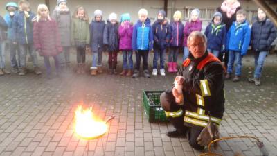 Foto zur Meldung: Die Feuerwehr zu Besuch in der 3. Klasse