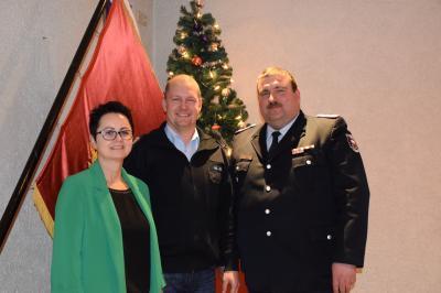 Fachberater ABC Henrik Jura mit Bürgermeisterin Annett Jura und Stadtwehrführer Thomas Gäde