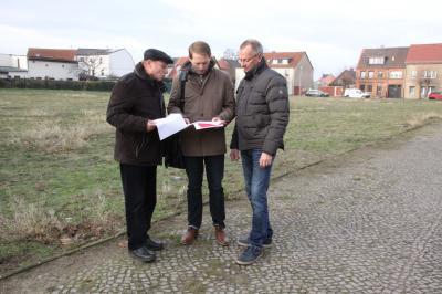 Siegfried Reinhardt (l.) von der Genesis GmbH, Bauamtsleiter Martin Hahn (m.) und Torsten Diehn, Geschäftsführer der Wohnungsbaugesellschaft der Stadt Wittenberge informierten über aktuelle Angebote an Baugrundstücken