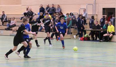 Im ersten Spiel bezwang Loitz ( blaue Trikots ) die zweite Mannschaft des Demminer SV ( schwarze Trikots )