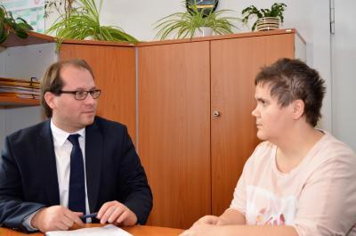 Bürgermeister Manuel Meger im Gespräch mit Janine Tolla - beide wollen den Brandopfern helfen.