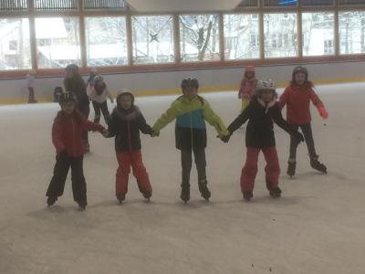 SchülerInnen der GWRS beim Schlittschuhlaufen