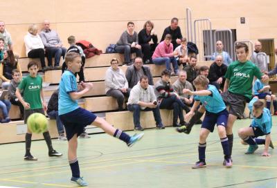 Mit zehn Treffern wurde Dominik Bodenteich ( grünes Trikot, rechts im Bild ) bester Torschütze des Demminer D-Jugend Hallenturniers
