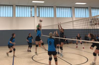 Foto zur Meldung: Klare Niederlage der Volleyballerinnen gegen den Tabellenführer