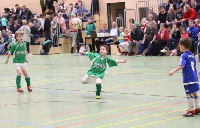 Willy Poschmann ( grünes Trikot ) brachte den Demminer SV im Finale gegen Neustrelitz in Führung und traf auch im Siebenmeterschiessen