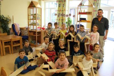 Foto zur Meldung: Kinder basteln Vogelhäuschen