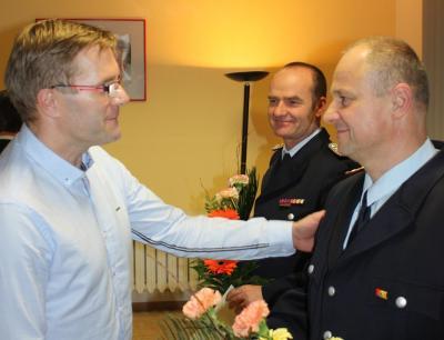 Bürgermeister Karsten Schreiber übergibt die Entlassungsurkunde an Steffen Theiler (hinten) und Ralf Pujo und bedankt sich für ihr jahrelanges Engagement an der Spitze der Ortswehrführung. Foto:Feuerwehr Kolkwitz