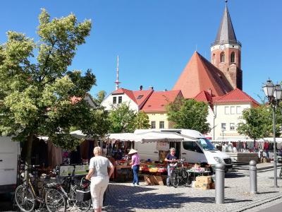 Kirche und Marktplatz von Calau sind beliebt bei Touristen. Um diese künftig fachkundig durch die Stadt zu führen, werden aktuell Gästeführer gesucht. Foto: Stadt Calau / Jan Hornhauer