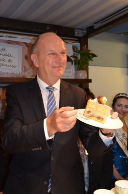 """Ministerpräsident Dietmar Woidke ließ sich ein Stück Torte von Katja und Henry Kling (""""Lavendel, Glück & Landgenuss"""") am Stand des Landkreises OSL schmecken. Foto: Landkreis OSL"""
