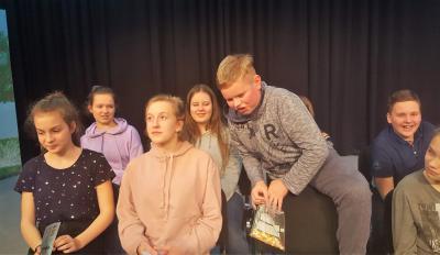 Schauspielschüler des Holzhaustheaters Zielitz bei der Probe