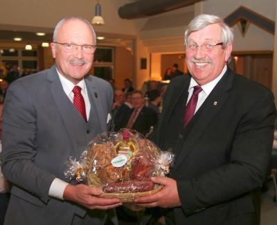 Bürgermeister Manfred Helfrich übergibt das Gastgeschenk an den Regierungspräsidenten des Regierungspräsidium Kassel Dr. Walter Lübcke