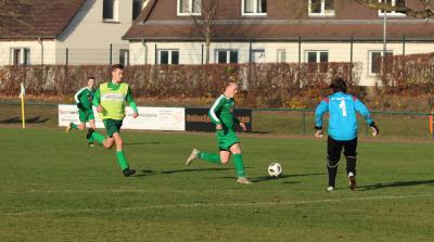 Nachdem Ben Dreher ( grünes Trikot, am Ball ) beim Burg-Cup am letzten Wochenende als Torwart aushalf, hofft Demmin beim eigenen Turnier auf viele Tore Drehers