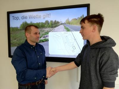 Handschlag Jugendgemeinderat Fabian Seidel – Ferid Giebler