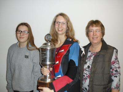 Die Victoria Prigge mit den Patzierten Jule Wolkenhauer (zweite links) und Kirsten Bunnies (dritte)