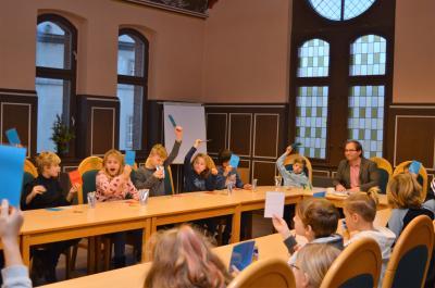 Sachkundeunterrricht der besonderen Art im Rathaussitzungsaal mit Bürgermeister Meger.